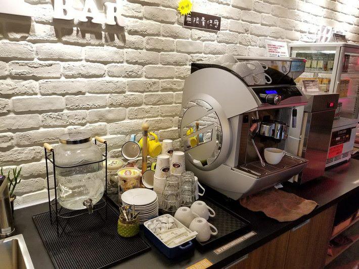 消費的朋友可獲免費咖啡一杯或其他飲品一包,十分貼心。