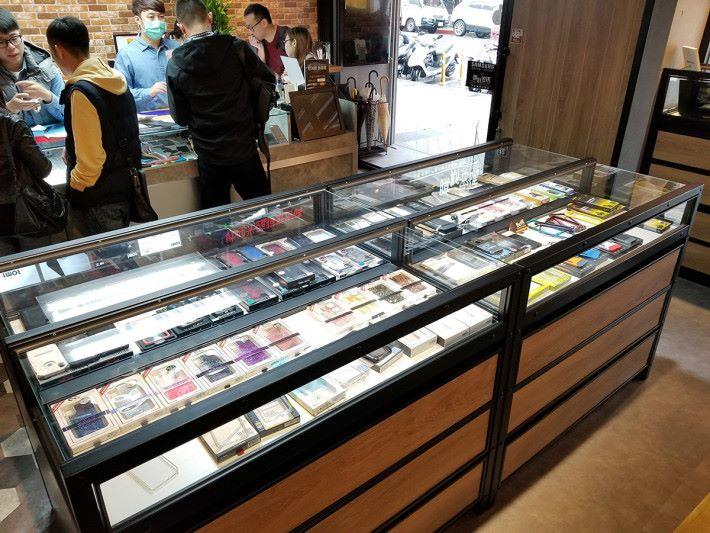 中間是展示不同手機配件的飾櫃,很多品牌的保護殼都有展示出來。