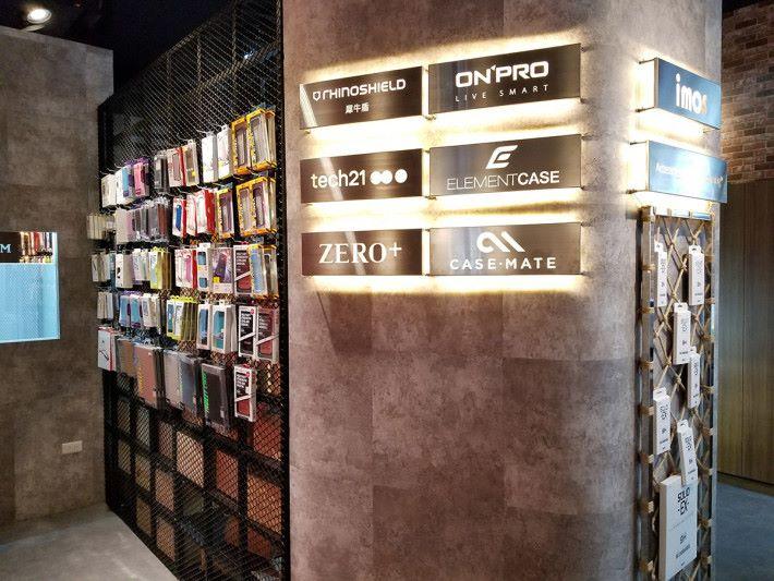 另一邊也有不同品牌的保護產品掛牆展示。