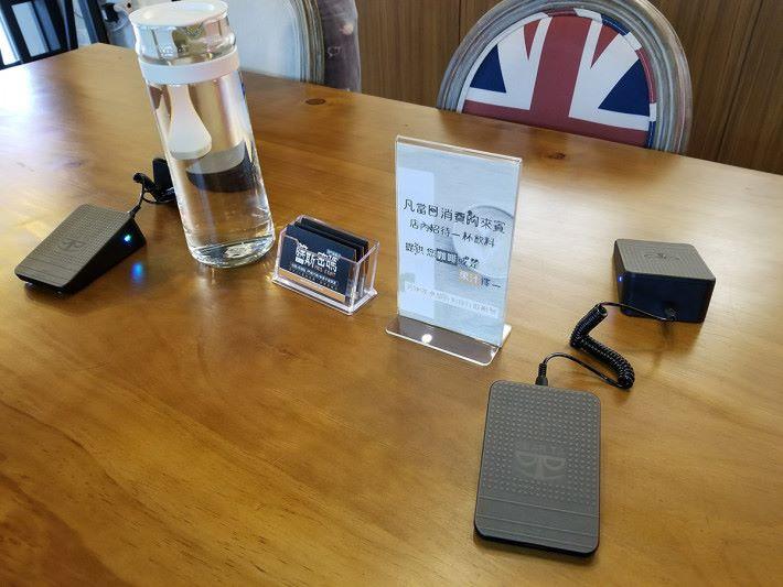 休息區域有大檯可用,有免費Wi-Fi提供,帶 Notebook 來使用也可,亦有無線充電座,方便為第二部手機充電。