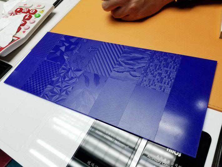 櫃檯前面即可看到不同包膜效果的展示,當中有很多紋路可以選擇。
