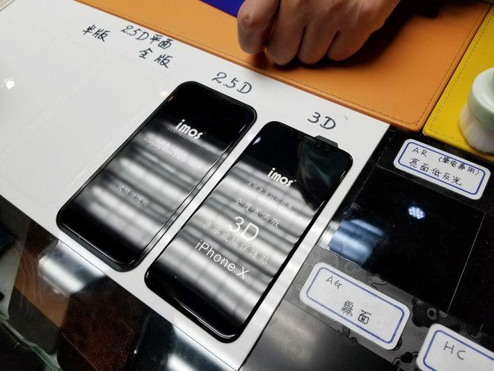 亦可同時為手機貼上玻璃保護貼,半版、全版、2.5D 及 3D 任君選擇,其中兩款更使用 Corning Glass 材質製造。