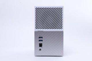 機背提供一組 Gigabit LAN 介面,另有兩組 USB 3.0 大頭,供接駁 USB 手指等裝置備份檔案。