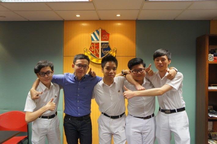(左至右)荃灣聖芳濟中學電競學會成員學生黃子昇、顧問老師陳錦銘、學生崔德祥、文柏康和丘均裕。