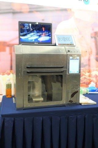 點動科技的機械人可在食物上以朱古力書寫和畫畫,回應糕餅行業對食品客戶個人化的需求。