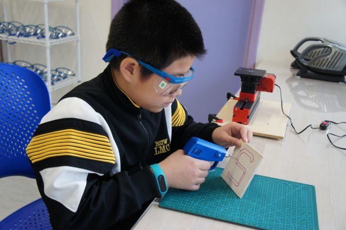 運用小型電鑽先開洞,能令 鋸木更順暢。
