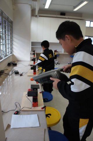 圖中的學生在清理木屑,當時課堂已完結,學生們是特意返回自行清理良好的課程設計,甚至可培育責任感。