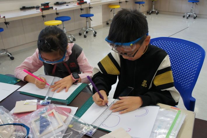 Step 1: 為了減少日後的錯誤,同學會先從紙上畫紙樣。