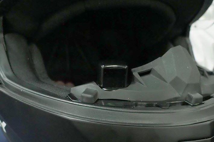 透過投射技術將後面的畫面以及車速資料顯示在擋風鏡上。