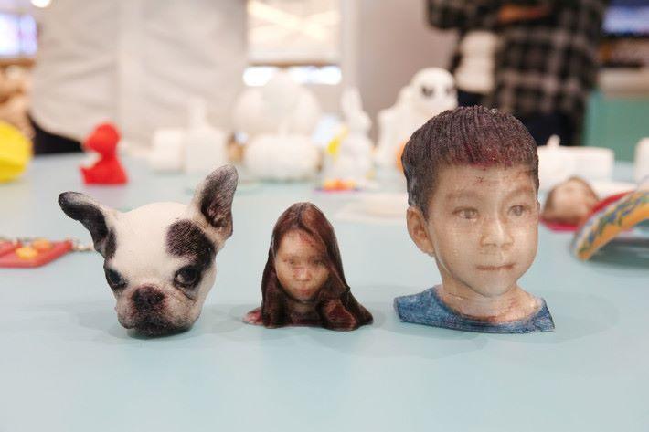 經手機作 3D 掃描後,把檔案傳送到全彩色 PLA 噴墨 3D 打印機,就能打印出這些製成品。