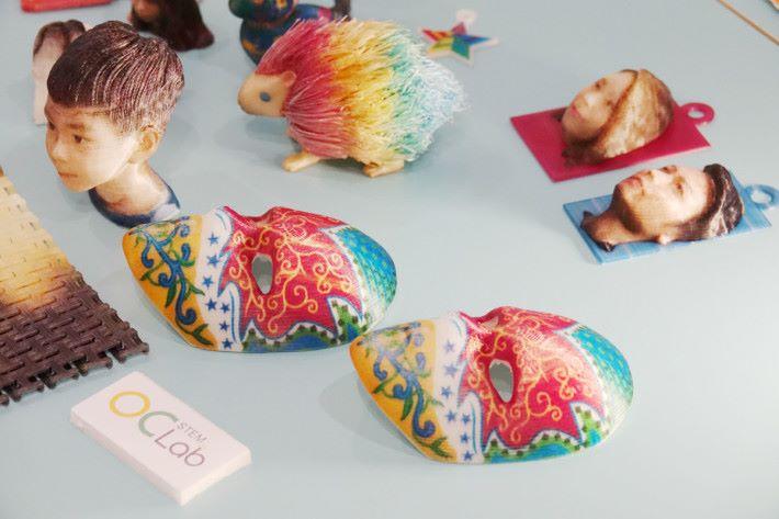 全彩色 PLA 噴墨 3D 打印機可打印出約 1,600 萬種顏色,這些製成品就用該打印機打印出來。