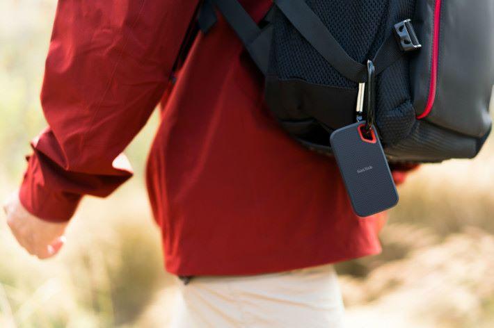 可把 SSD 掛在背包上。