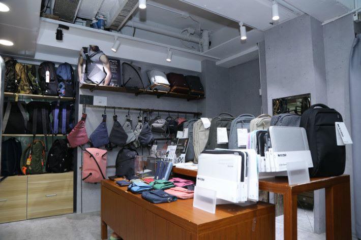 此手袋專賣店位於旺角電腦中心 2 樓 221 號店。