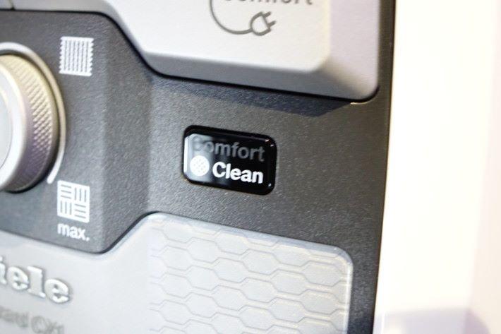 開啟 Comfort Clean 自動清淨及清洗提示,Blizzard CX1 會自動偵測機身氣流的流暢程度,並會將微塵拍打至微塵分隔筒底部,以保持吸塵機氣流順暢。