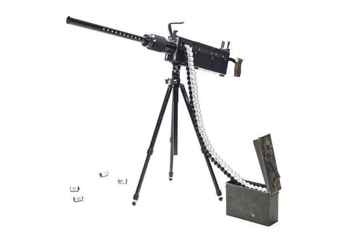 Siegel 將腳架、鏡頭及菲林等組合到原本的槍械配件上,成為「真槍實彈」。