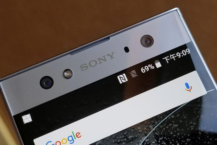 XA2 Ultra 首度運用雙相機設計,一個是具備 OIS 功能的 16MP 相機,另一個則是支援 120 度超廣角拍攝的 8MP 前相機,以及內置前置閃燈。