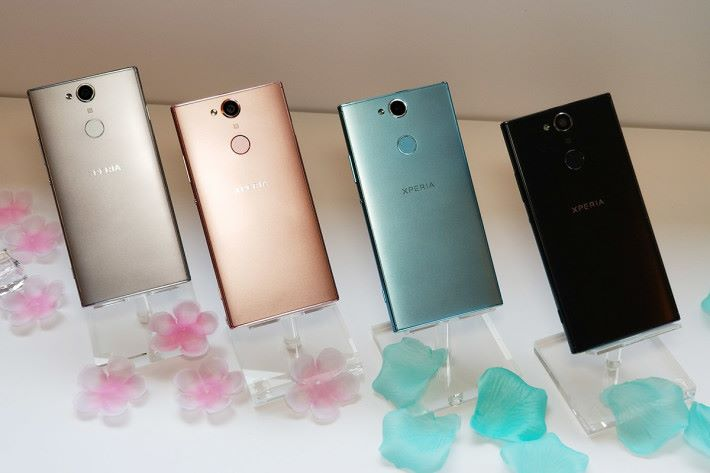 XA2 則備有黑、銀、粉藍及粉紅四色。