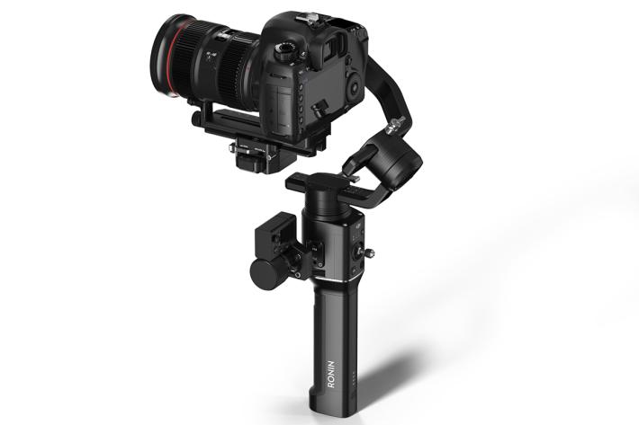 使用「非正交雲台」設計,令相機定位於橫滾軸臂上方,如此設計可令相機不會被遮檔影響取景與操作。