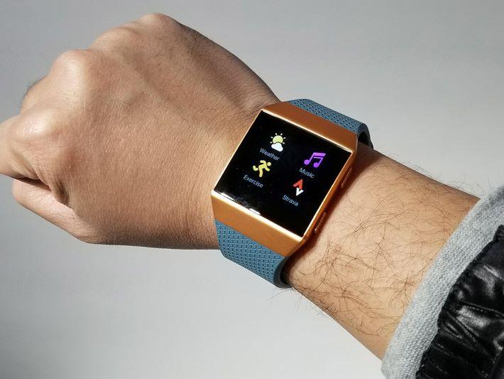 Ionic 錶身看似巨大,但戴上手其實十分輕盈。
