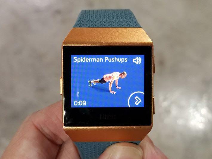 內置 Fitbit Coach 個人教練功能,可跟隨屏幕上的人物進行 7 分鐘健身、10 分鐘腹部運動和 Treasure Chest 鍛鍊課程。