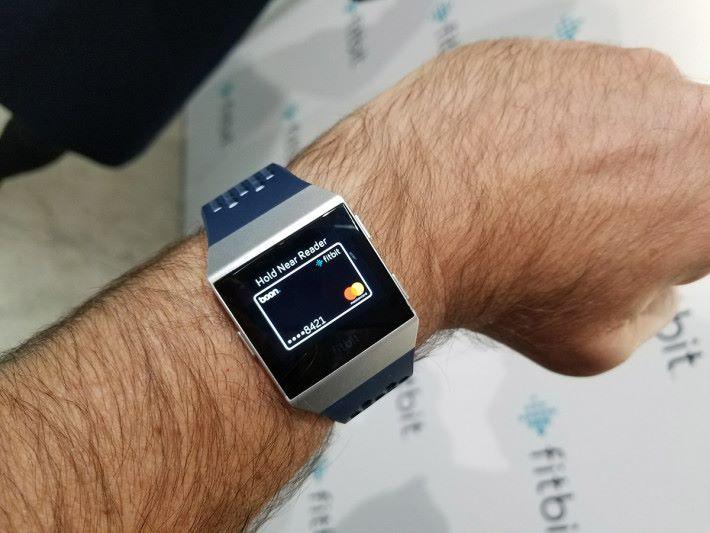 使用 Fitbit Pay 時的情況,與 Apple Watch 內使用 Apple Pay的體驗差不多。