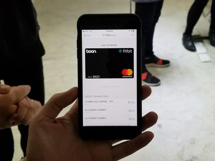 Ionic 支援 Fitbit Pay,內置NFC晶片下,在專屬App內加入信用卡後,即可利用手錶付款。
