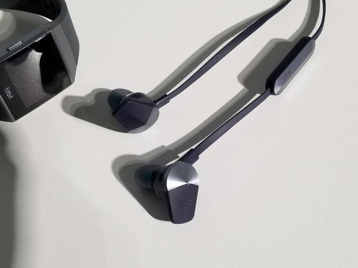 同場加映無線運動耳機 Flyer。具備IP67及防汗規格,更搭載 Waves MaxxAudio 音效技術。Flyer 售價為 $1,298。