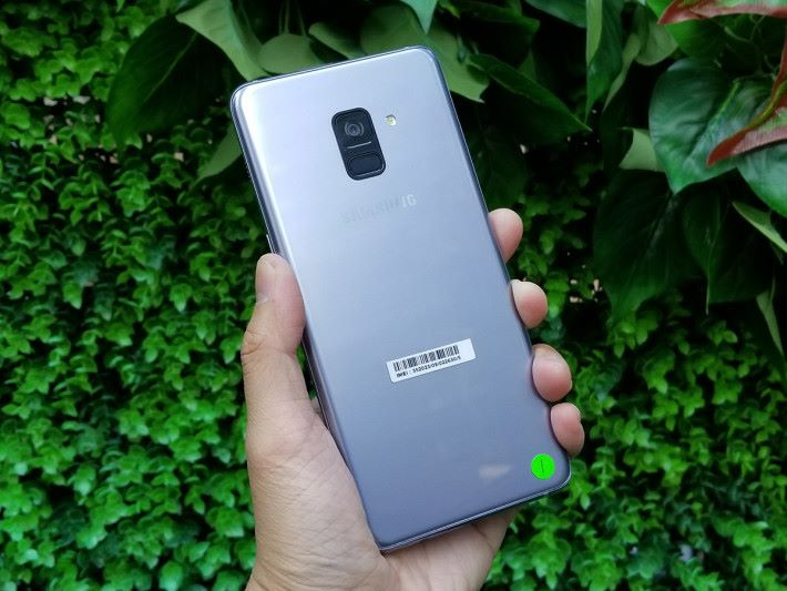 機背部份可見指紋「終於」放到鏡頭下方,使用起來會就手少少,更有點像傳聞中的 Galaxy S9設計。