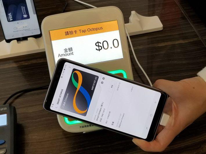 Galaxy A8+更是首款中階Samsung手機支援Samsung Pay Smart Octopus,這項服務會於今年上半年推出。