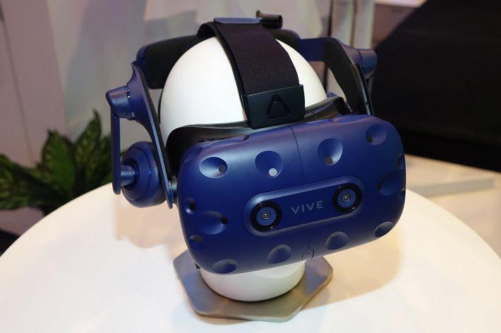 Vive Pro 轉用藍色調,與現時的 Vive 區分開來;前方備有雙鏡頭,配合導護系統技術,不需要取下頭戴式顯示器,即可看見並掌握周遭環境。