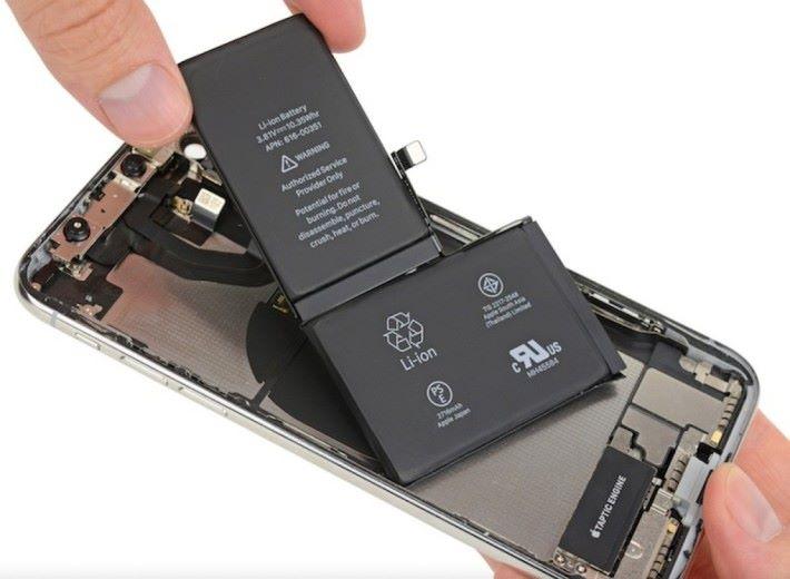 消息指第二代 iPhone X 將會採用新一代電池技術,將兩顆電池整合為一顆以提升效能。
