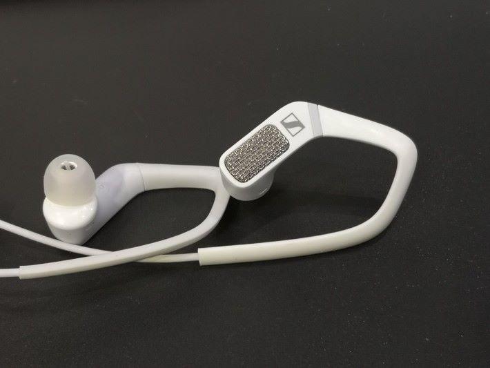 在 AMBEO Smart Headset 的耳機外殻裝有收音咪的金屬外膜。