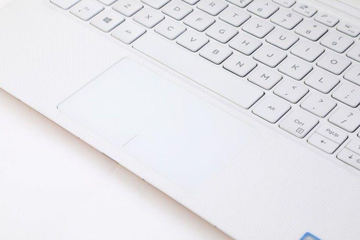 手枕位置由白色玻璃纖維編織而成,再加上Titanium oxide表層處理,觸摸仍可感受到輕微凹凸手感。