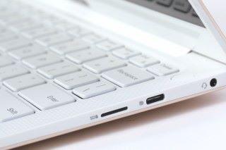 機身另一側設有多一組USB 3.1 Type-C介面,另有microSD讀卡機。