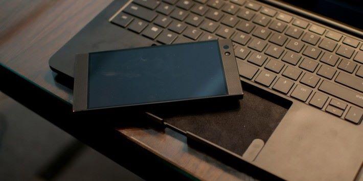 只能支援單一型號的 Razer Phone 日後可能出現兼容性的問題。