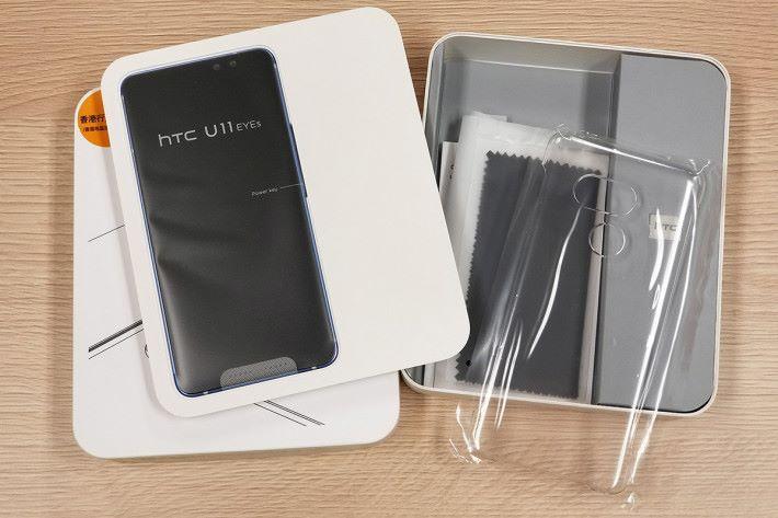 除了充電器及連接線外,包裝內附清水手機保護殼及抹機布。