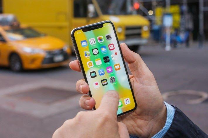 受惠於 iPhone X 推出,雖然 iPhone 整體銷量下跌了 1% ,但營業額就增長了 13% 。