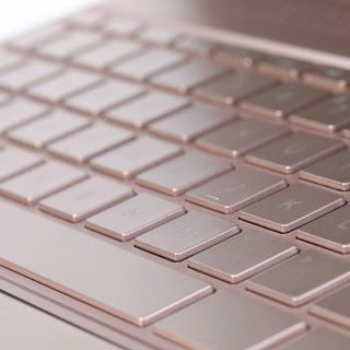 整個機身連鍵盤部分都採用玫瑰金機身設計,設計精巧。