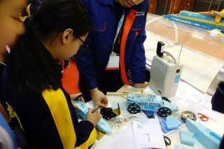 接著學生需利用磨砂紙打磨車身和裝嵌車轆。