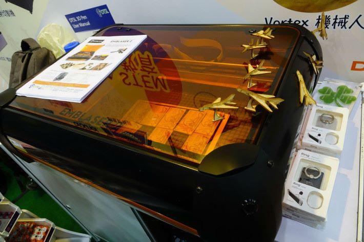 此三合一打印機不止是立體塑膠打印,只要切換圈中模組,就能支援鐳射切割及雕刻。