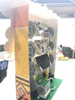 動手作變面展示板,從中觀察機械原理。
