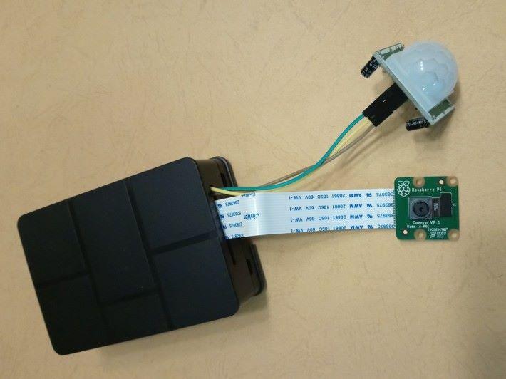 接駁所有硬件後的 Rassberry Pi ,接著就是將之安裝於監測範圍,可以是電腦、雪櫃或寵物出入的地方。