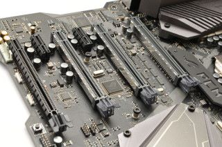 設有四條 PCI-E Express x16。