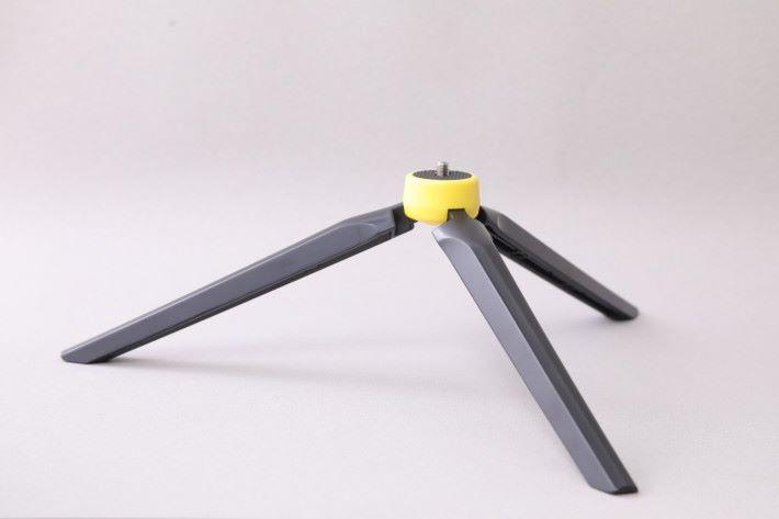 Momax TRS2手機自拍桿三腳架 不少Momax的自拍桿底部都採用1/4吋螺絲接頭,可連接三腳架固定在桌上。 售價:HK$48 查詢:2402 3186(Momax)