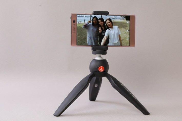 Manfrotto PIXI迷你三腳架(不包括手機夾) 輕巧的腳架可以放在桌上或櫃上,作多人自拍之用。 售價:HK$240 查詢:Manfrotto(2327 6728)