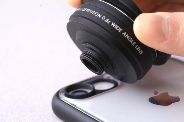 使用特製手機殼連接環,把外置鏡頭裝在手機上。