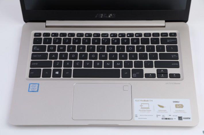 鍵盤設有背光燈,另加入指紋辨識器。