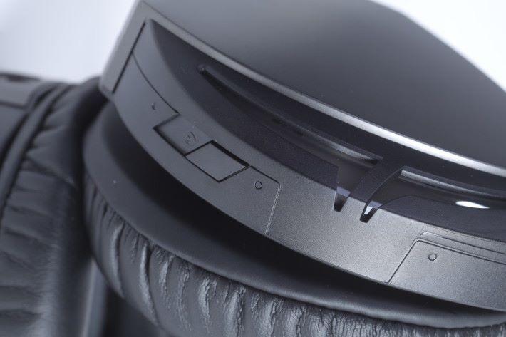 ROG Strix Fusion 300 備有模擬環繞聲效功能,只要按一下就能讓音效化作 7.1ch 輸出。