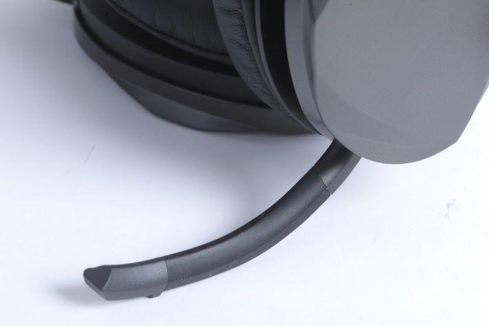 左側耳機藏有收音咪,只要拉出就能與隊友進行通話。