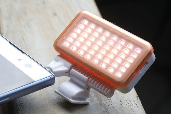 輕巧的補光 LED 燈,對於室內自拍影片有幫助。